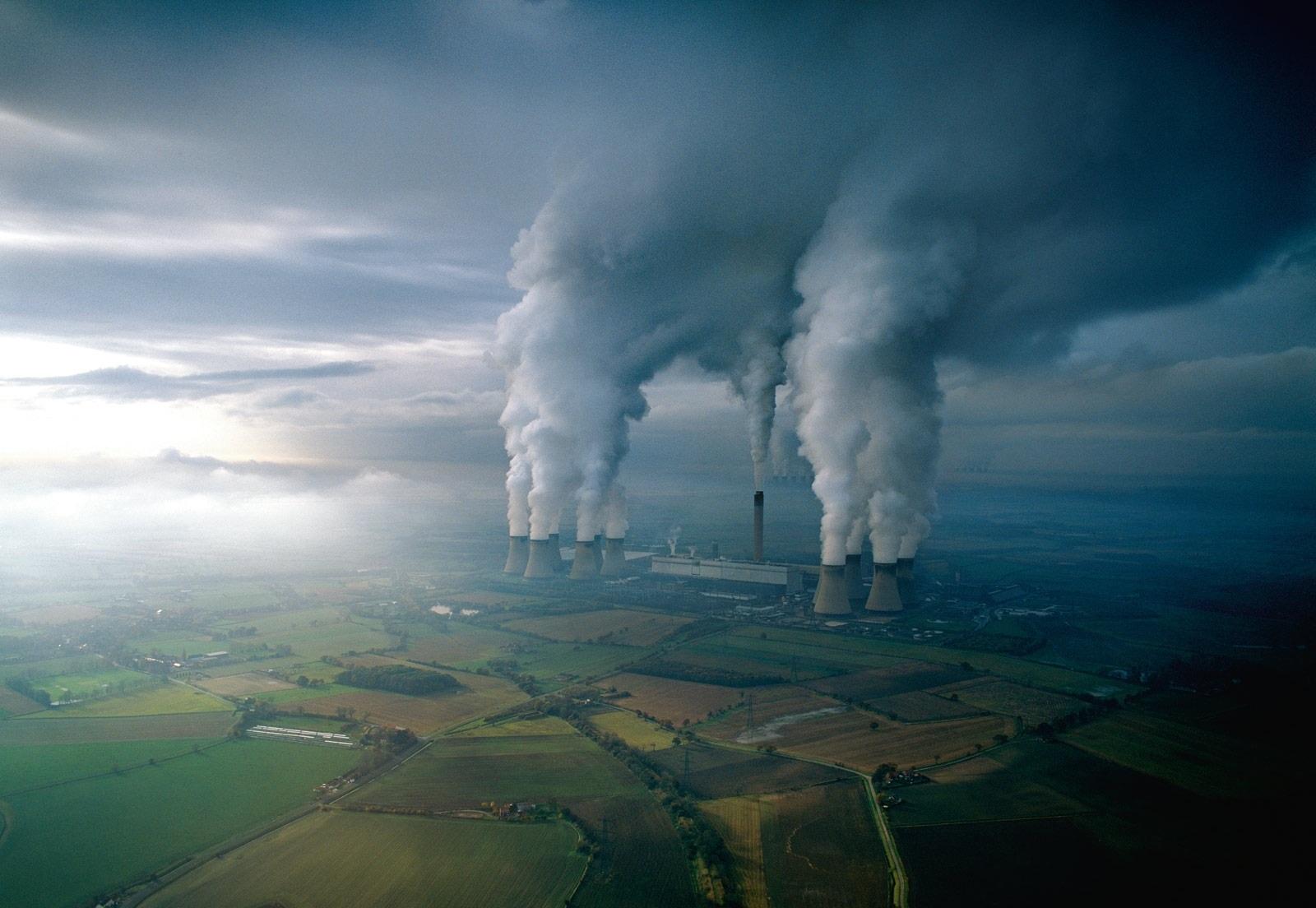 Повышение концентрации углекислого газа и других парниковых газов в атмосфере увеличивает естественный парниковый эффект, тем самым повышая уровень радиационной энергии, допустимый для поверхности Земли и нижних слоев атмосферы. Если увеличение этой энергии не компенсируется другими процессами, это приводит к потеплению.