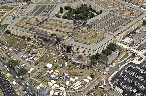 Это фото, сделанное через три дня после событий 11 сентября показывает степень разрушения Пентагона и последствия огненной авиакатастрофы.