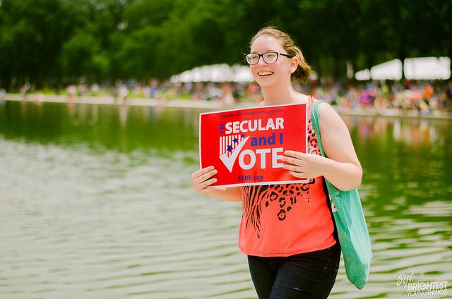 Тысячи людей, одетых в футболки и вооружившихся плакатами с лозунгами в поддержку науки и отвержения религии.