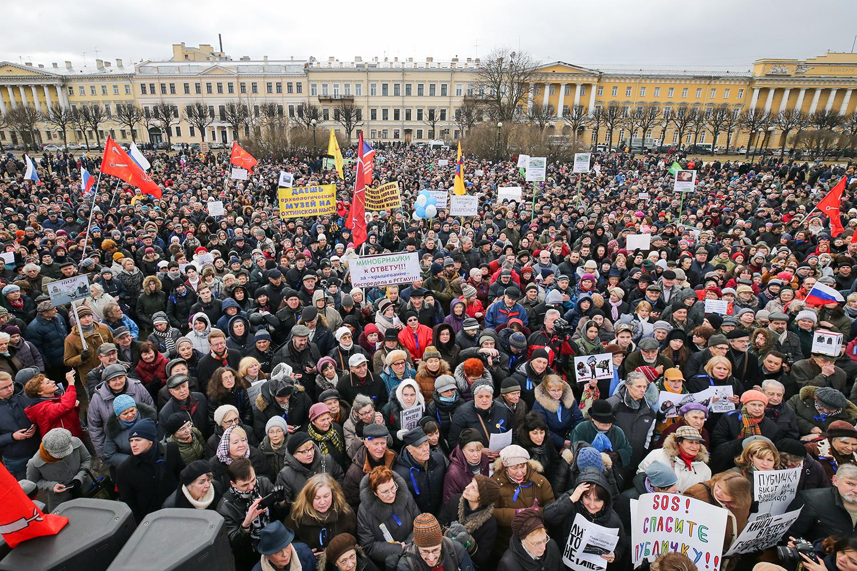 Градозащитный митинг на Марсовом поле против передачи Исаакиевского собора Русской православной церкви, застройки территории Пулковской обсерватории, а также против объединения российских Государственной и Национальной библиотек, 18 марта 2017 года.